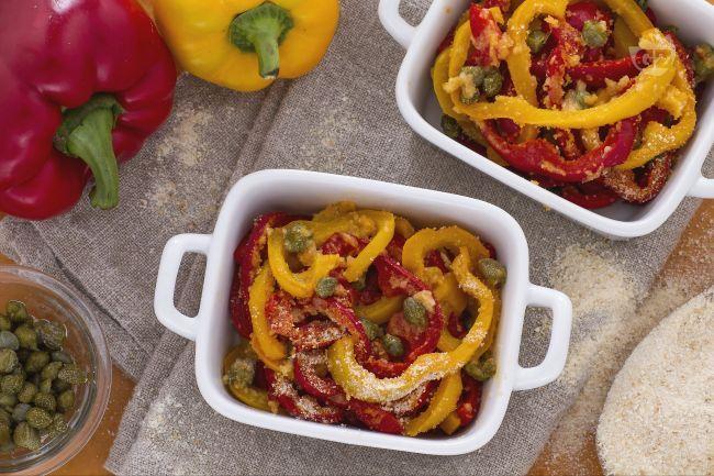 I peperoni al forno coi capperi sono un contorno semplice e gustoso, che si accompagna coi secondi di carne e di pesce.