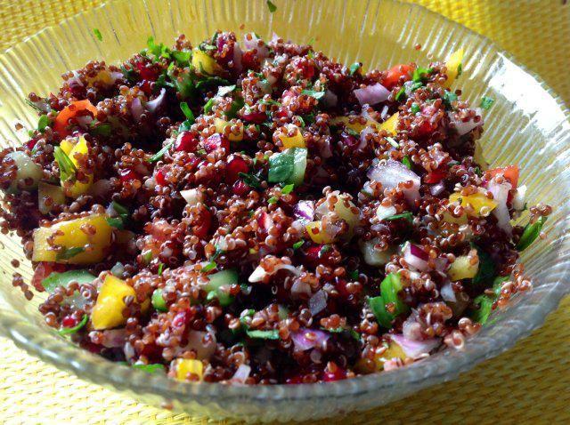 Das perfekte Roter Quinoa Salat-Rezept mit Bild und einfacher Schritt-für-Schritt-Anleitung: Den Quinoa  nach Packungsanweisung kochen. Das Gemüse…