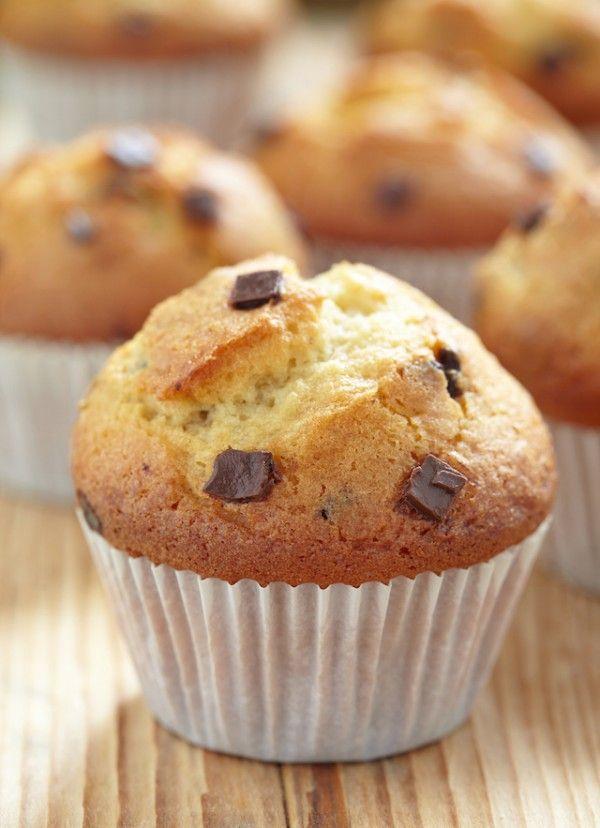 Muffins aux pépites de chocolat Ing. 12 muffins : 200 g de pépites de chocolat 200 g de farine 2 cuillers à café de levure chimique 1 cuiller à café de bicarbonate de soude 150 g de sucre 2 oeufs 100 g de beurre fondu 120 ml de lait 1 cuiller à café de vanille liquide 1 pincée de sel Préchauffer le four à 180°C. Mélange 1 : farine, levure, sel, sucre, bicarbonate Mélange 2 : oeufs, beurre, lait vanille Ajoutez le chocolat Faire cuire 15/20min.