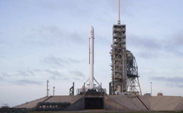 La compañía de Elon Musk, junto con HP Enterprise, llevarán a la Estación Espacial Internacional un ordenador que puede significar un gran paso de cara al futuro.El próximo lunes, un cohete de SpaceX será lanzado desde la popular base de Cabo Cañaveral con una misión muy particular: llevar un superordenador a la Estación Espacial Internacional (ISS). Esta máquina, desarrollada por HP Enterprise, lleva el nombre de Spaceborne Computer y estará...
