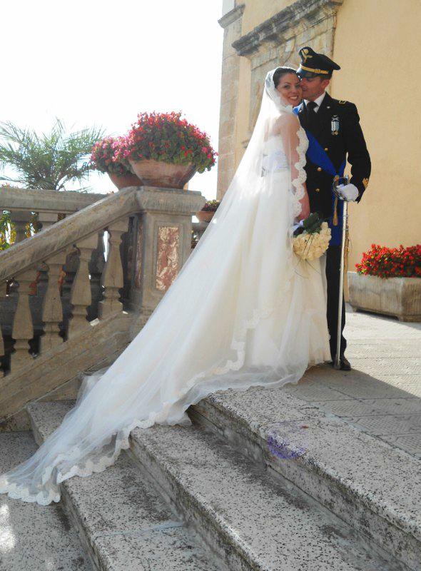 Un matrimonio in uniforme dell'esercito, economico e classico con rose color cipria