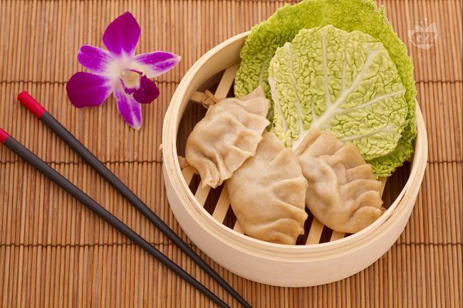 I ravioli cinesi al vapore (Jiaozi) sono delicati involucri di pasta con un ripieno di carne e verdure, diffusi in tutta la Cina e molto popolari anche in Giappone e in Corea.