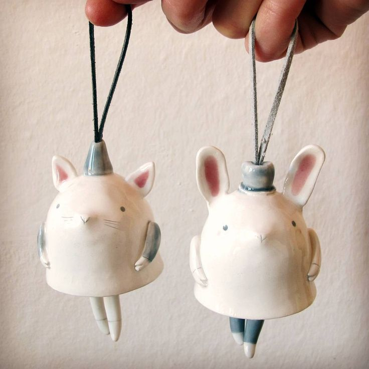 Campanelle in ceramica gatto e coniglietto. Gambette come batacchi per suonare…