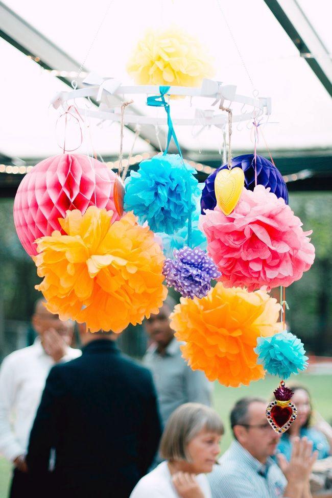 Kleurige pompons maken er een vrolijk feestje van.  // Fotograaf: Lott's // Girls of honour