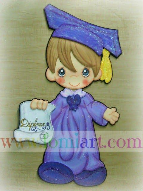 Julio: Niño con toga de graduación azul con diploma   Fomiart