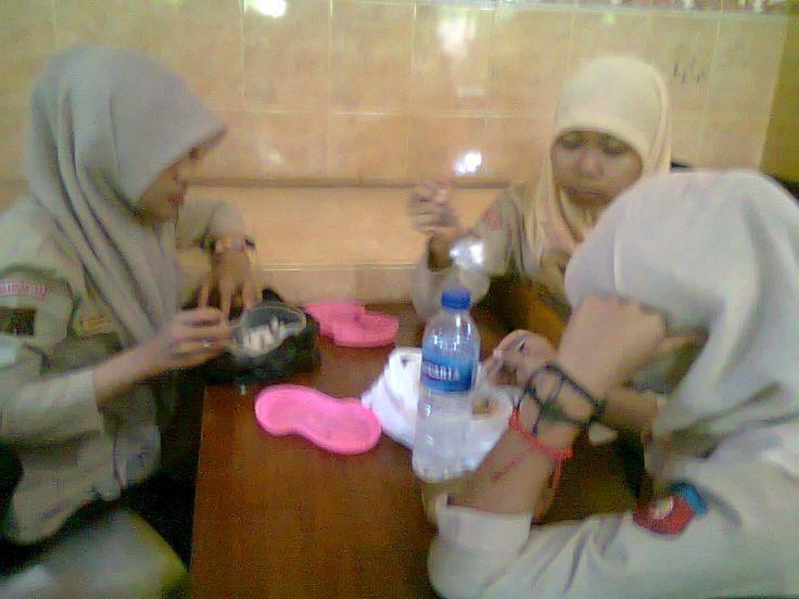 lagi makan :)