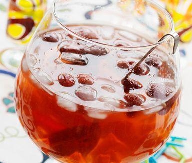 Ett enkelt och snabblagat recept på en läskande alkoholfri bål. Piratbålen gör du genom att blanda mineralvatten, sirap och ananas eller apelsinjuice. Servera till fest eller kalas med is och sega råttor.