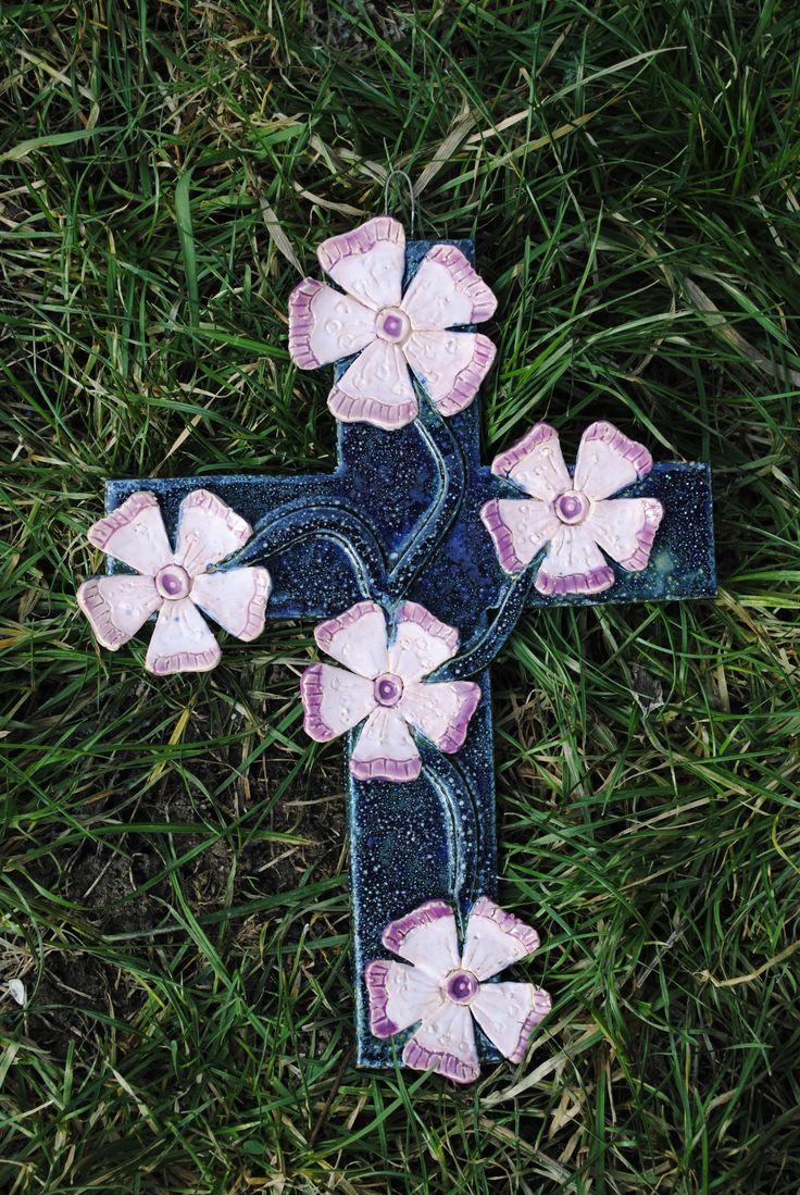 Keramický+kříž+-+V+růžích+Keramický+kříž,+rozměry:+30x21+cm,+pověšení+zataveným+drátkem.+Poštovné+upřesním+podle+současného+ceníku+pošty.+Možno+vyzvednout+v+Brně.
