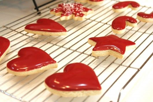 """How to ice cookies without a piping bag {Icing the easy way} This is how we did the sugar cookies in a bakery I worked in."""