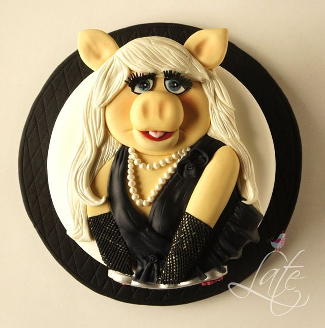 Gorgeous Miss Piggy Cake made by Tortas Late