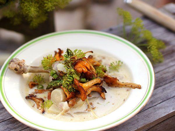 Raskarums tupp med krondill, kantareller och sparris | Recept.nu