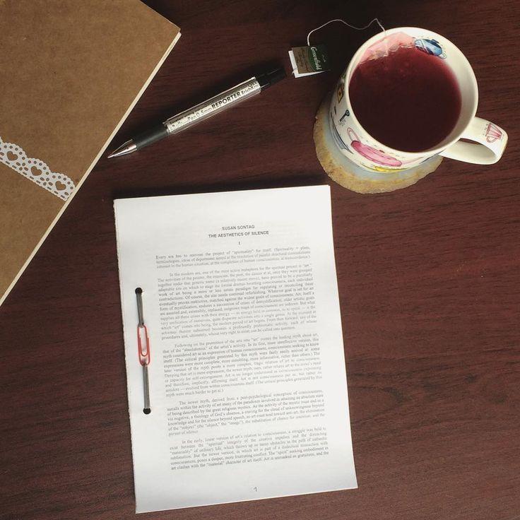"""Binding an ebook. Дёшево и сердито 📎👌🏻 Удобный вариант скрепления листов, если не хочется заморачиваться с прошивкой.  На бумаге - """"Эстетика молчания"""" Сьюзен Зонтаг. #сьюзензонтаг"""