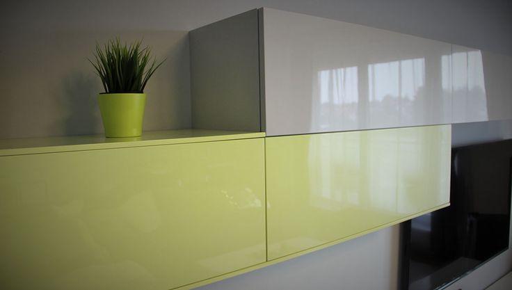 Detail zavěšených výklopných skříní v provedení lak premium šedá lesk / lak premium lemon lesk.