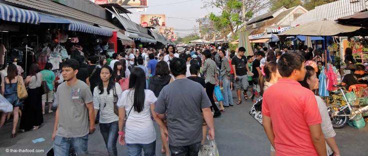 Nicht nur für Shopaholics ist der Chatuchak Markt in Bangkok mit 200.000 Besuchern täglich, eine der Top 10 Sehenswürdigkeiten in Thailand.