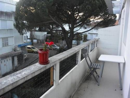 Apartment Moderne Dans Le Centre Royan Located 1.4 km from Grande Conche Beach, Apartment Moderne Dans Le Centre offers accommodation in Royan. The apartment is 100 metres from Notre Dame Church.  There is a seating area and a kitchen equipped with a fridge. A TV is provided.