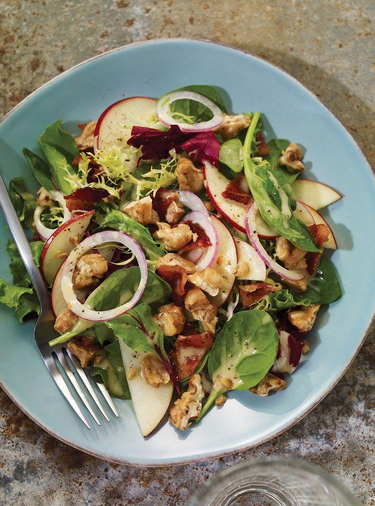 Recette de Ricardo de salade verte aux pommes, noix, bacon et érable