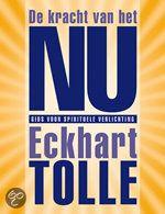 De kracht van het NU - Eckhart Tolle  De kracht van het Nu' is hét spirituele boek van het afgelopen decennium. Het beschrijft een boodschap die wereldwijd al miljoenen mensen bewuster heeft gemaakt. Want, we zijn ons denken niet. Eckhart Tolle nodigt je uit om jezelf van je verstand te bevrijden. Om je ware zelf en je identificatie met je onechte zelf, je ego, te laten varen.