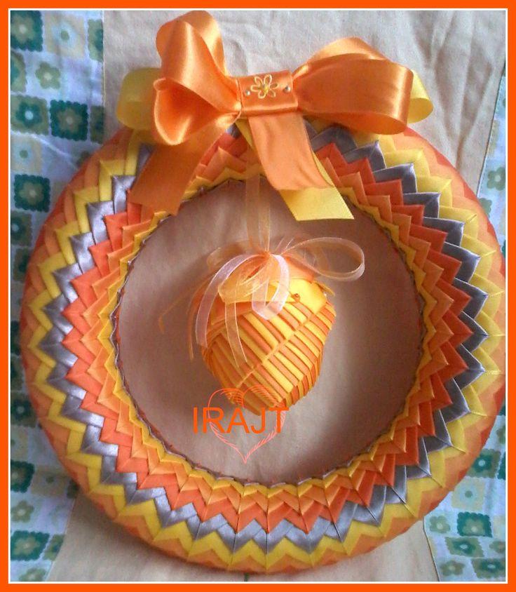 Sluníčko.. Polystyrenový věnec průměru 27cm dozdobený fal. patchworkem. Veselé jarní barvy, které jsem použila, jakoby tvořily duhu na jarní obloze, ale ve veselých barvách., Jako přízdobu na Velikonoce jsem použila vajíčko vel. 8cm dozdobené fal.patchworkem, tentokrát metodou artyčok. Vajíčko lze sundat a věnec Vám může na dveřích dělat radost po celý rok. Lze ho ...