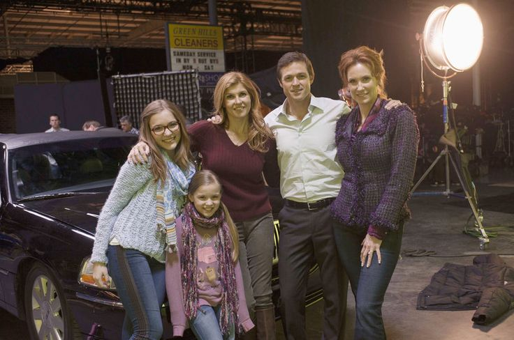 Behind The Scenes Nashville Season 1 Pictures - Rayna and her family.  (LENNON STELLA, MAISY STELLA, CONNIE BRITTON, ERIC CLOSE, JUDITH HOAG)