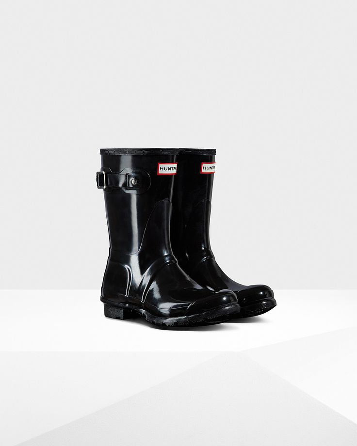 The Original Short Gloss rain boot packs all the classic style and function of its tall counterpart into a sleek, streamlined boot. Featuring a quick-dry nylon lining and a sturdy grip sole, this boot