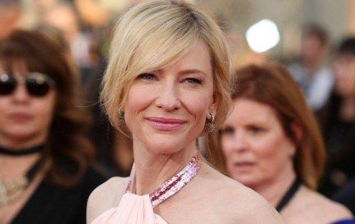 Si fa così con i bei corpi femminili che transitano sui tappeti rossi. Ma lei, Cate Blanchett, smonta quello sguardo.