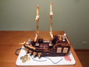 Bonjour mes poussins !!!! Vous cherchez une idée de gâteau originale pour l'anniversaire de votre bambin ?… Pas de panique !!! En voici une : le bateau pirates !!!! Un gâteau inattendu,…