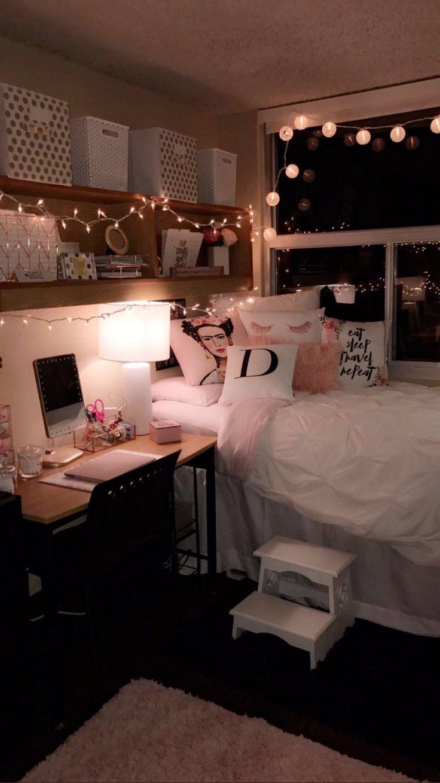 Ein Bett voller Kissen.
