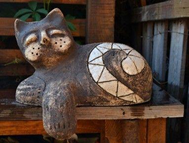 Koťě ze šamotové hlíny, barveno oxidy. Páleno na vysokou teplotu. Velikost na délku cca 30 cm, vysoké 20 cm bez tlapky. Vhodné třeba na parapet