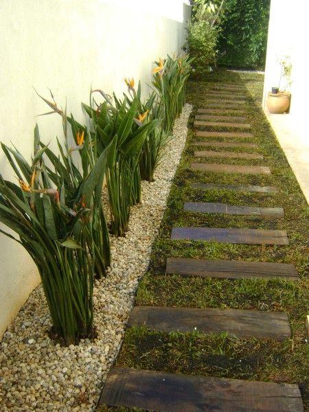 Jardim lateral - ideia simples e de grande efeito para usar em corredor.