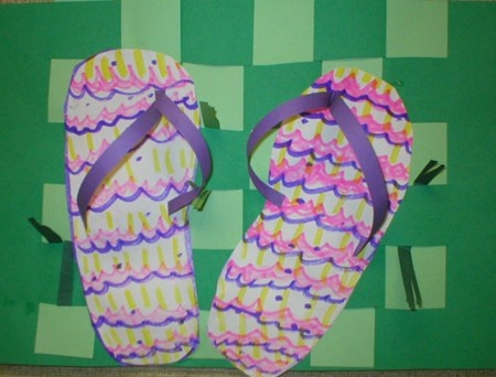 Tongs en papier: dessiner le contour du pied sur feuille, découper, décorer, ajouter les lanières (en papier).