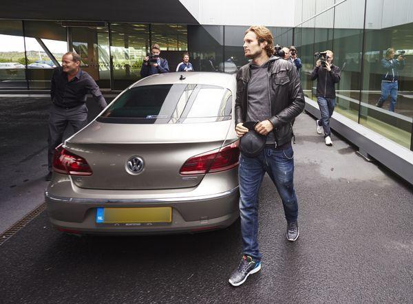FOTO'S: Daley Blind vertrekt per privé-jet naar Man.United | Telegraaf-Telesport