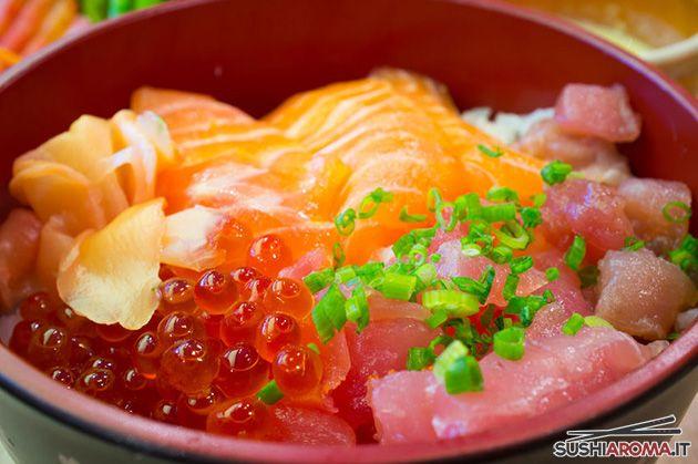 Chirashi Sushi: ciotola di riso da sushi servito con una varietà di pesce crudo e/o tofu e verdure.
