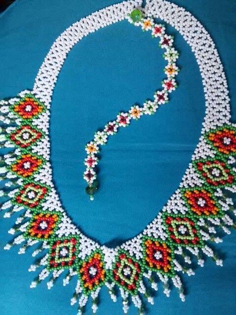 Collar Estilo Ucraniano; con manilla. Elaborado con mostacilla checa, muranos. Hecho por Maggi.