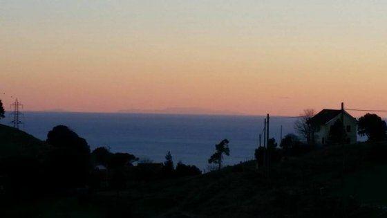 Le eccezionali condizioni di visibilità regalano scorci dell'isola da tutta la Liguria: e sui social diventa la notizia del giorno
