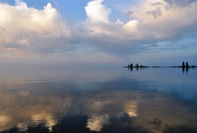 Мифы и легенды присущи этим старинным местам, в одних рассказывается о затопленном армянском монастыре, в котором хранились мощи святого апостола Матфея. По другой из них, здесь проходил знаменитый Тамерлан. Ему принадлежит крылатая фраза о том, что время собирать камни. Даже ученые историки находят подтверждение тому, что воины Тамерлана проходили не менее трех раз по берегам Иссык-Куля.