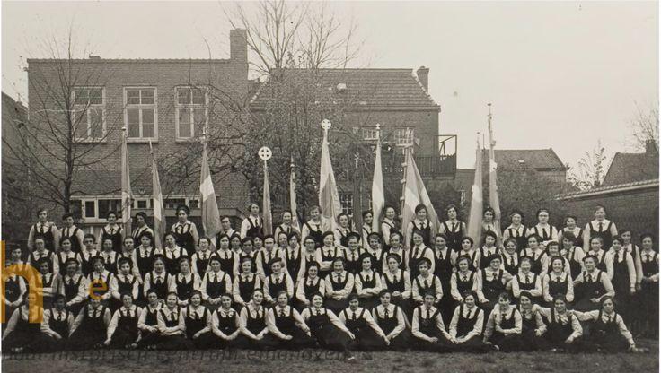 Van deze groepsfoto van jonge Helmondse vrouwen in de jaren 1930-1940 hebben we helemaal geen namen, herkent u iemand? Reactie plaatsen door, door te klikken, onder het envelopje bij de foto!