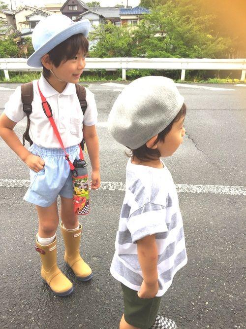 幼稚園のバス待ちです🚌💨 HUNTERの長靴はアウトレットで購入💕