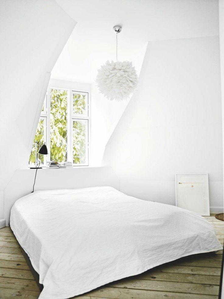 Som resten af huset er soveværelset også enkelt med en seng, en Bestlite-lampe, en lampe i fjer fra Hervé Matejewski og et næsten hvidt Marco Evaristti-billede