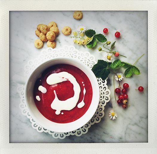 Rødgrød med fløde! Danish summer soup with red berries and cream (I huvudet på Elvaelva).