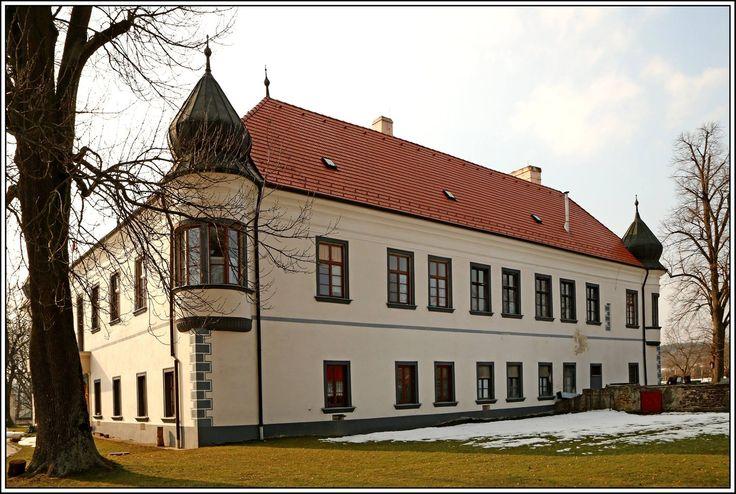 Kaštieľ Radošina  Renesančný kaštieľ je z druhej polovice 16.storočia.