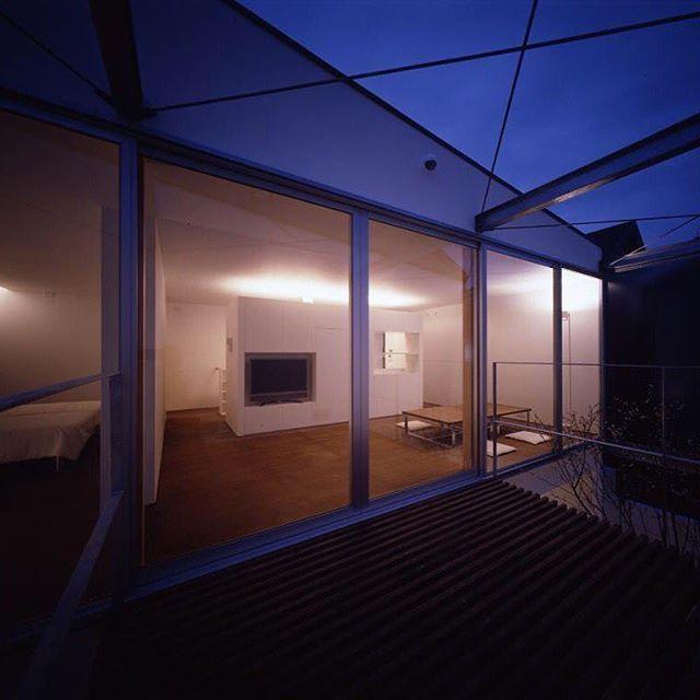 【horibeassociates】さんのInstagramをピンしています。 《十月桜の家 主構造は木造ですが、雨にあたる中庭部分の梁は亜鉛メッキの鉄骨を採用したハイブリッド構造です。  #architecture #建築 #建築家 #住宅#注文住宅#マイホーム#建築事務所#新築#コートハウス#中庭#十月桜#house#浴室#bathroom#風呂 #design#modern#architcturephotography#architects#architettura#借景#modern #十月桜 #桜#中庭#minimalism #minimal #ミニマル #シンプル#マイホーム計画 #マイホーム記録 #マイホームメモ》