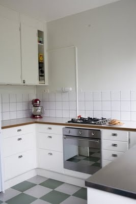 Kitchen retro kök rutigt golv  Vill ha sådana lampor ovanför arbetsytorna
