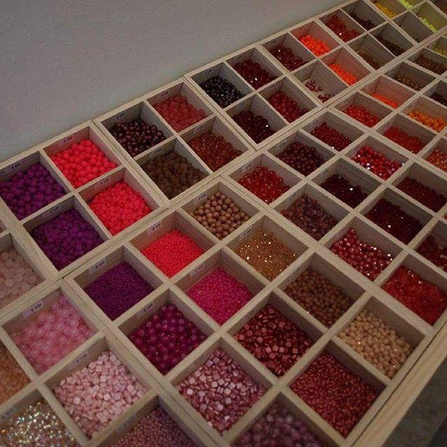 Le comptoir à perles a rempli ses casiers et ses bobines et est bientôt prêt à ouvrir ses portes! un petit aperçu en couleur rouge! #nofilter #realcolors #perles #lecomptoiraperles #beads #DIY #colors #bijoux #jewelry #rouge #red #inspiration