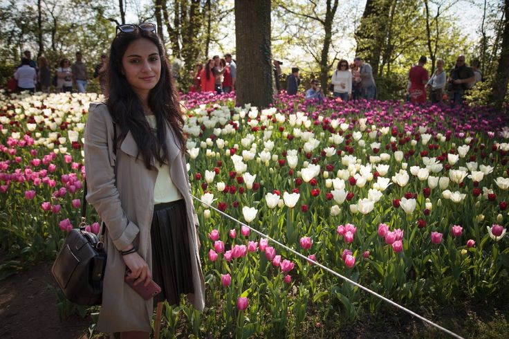 trench, gonna, sneakers e tulipani #outfit #look #skirt #sneakers #trench #tulips