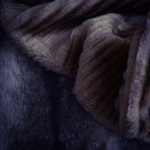 Wil je stijlvol de winterse kou trotseren ? Momenteel hebben we in de webshop twee elegante uitvoeringen van imitatiebont. De stof is een uitstekende imitatie van natuurlijk bont en is niet alleen geschikt voor het maken van mantels en jasjes, je kan hem ook gebruiken voor het maken van tassen.  www.histoiresdecouture.be