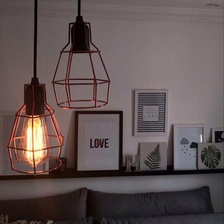 Amamos a Luminária Soho cobre nessa sala LINDA! Lá atrás em cima do sofá ainda tem uma inspiração de uso da Prateleira Quadro preta. 💟 Repost @apto9 with @repostapp ・・・ 💡💡😉🖼🏡🛋 Faltando só mais uma lâmpada pra ficar👌🏽 #pendente #sala #photo #photographie #euamodecorar #decoração #reforma #muitoamor #decor #design #homesweethome #lardocelar #nossolar #nossacasa #instadecor #decoration #designdeinteriores #interiordesign #arquitetura #decorhome #meular #meucantinho #homedecor #myhome…