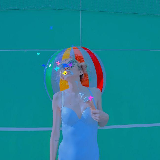 The playground, el verano azul turquesa de Andrea Koporova