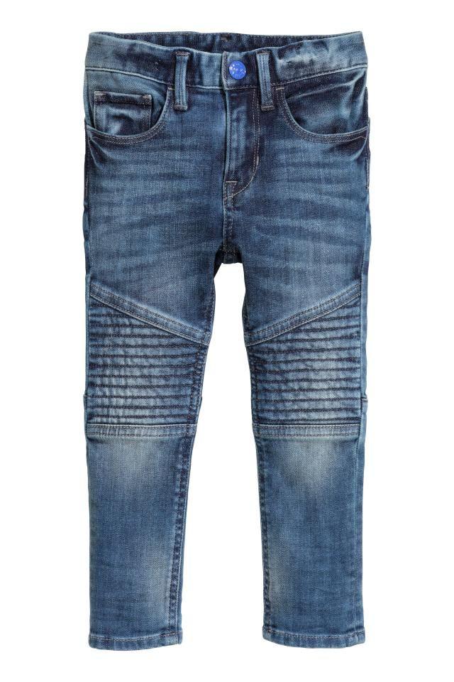 Jean 5 poches en denim extensible lavé avec jambes très fines. Modèle avec détails matelassés au niveau des genoux et des poches du dos. Élastique réglable