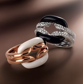 La collezione di gioielli D.Lace, realizzata interamente a mano dagli orafi dei laboratori Damiani, si compone di anelli, bracciali, pendenti e orecchini in oro le cui forme essenziali si combinano in un gioco di oro e pietre dure.