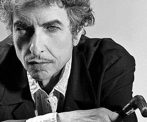 """""""A indústria pop esquece, ou não se interessa, infelizmente, pelo Dylan maduro dos anos setenta, dos grandes discos Blood on the Tracks (meu predileto desde sempre) e Disere desta década; esquece sua curiosa e inesperada conversão ao cristianismo, as lindas canções gospel que escreveu na sua trilogia cristã (Slow Train Comming/Saved/Shot of Love); esquece a mega banda que ele criou com os amigos George Harrison, Tom Petty e Roy Orbison, os Traveling Wilburys..."""""""